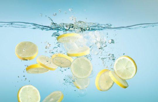 5 powodów, dla których warto pić wodę z cytryną